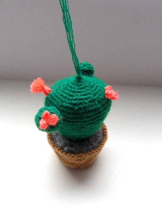 Вязаная игрушка кактус