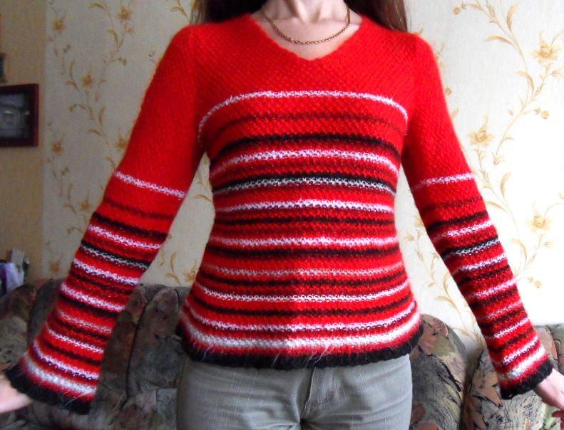 Вязанный спицами свитер