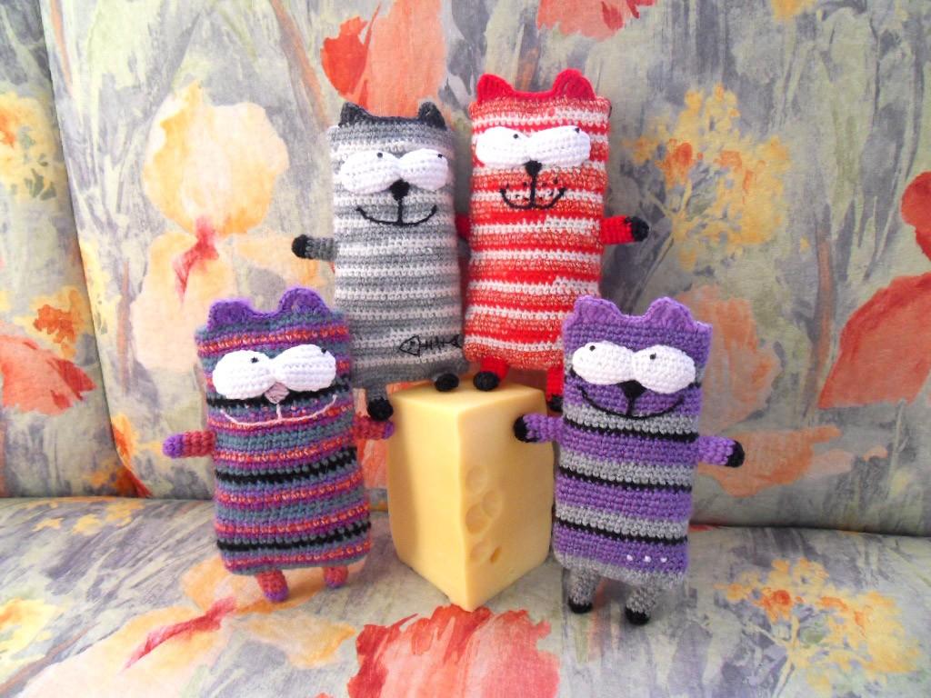 Вязаные чехлы на мобильный Полосатые коты