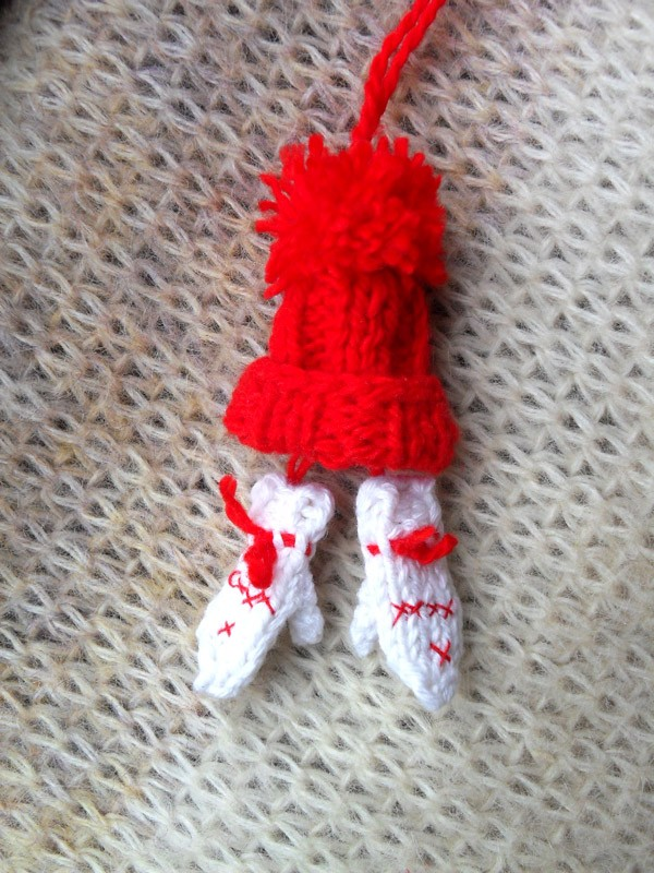Вязаная игрушка Мини-варежки и шапка