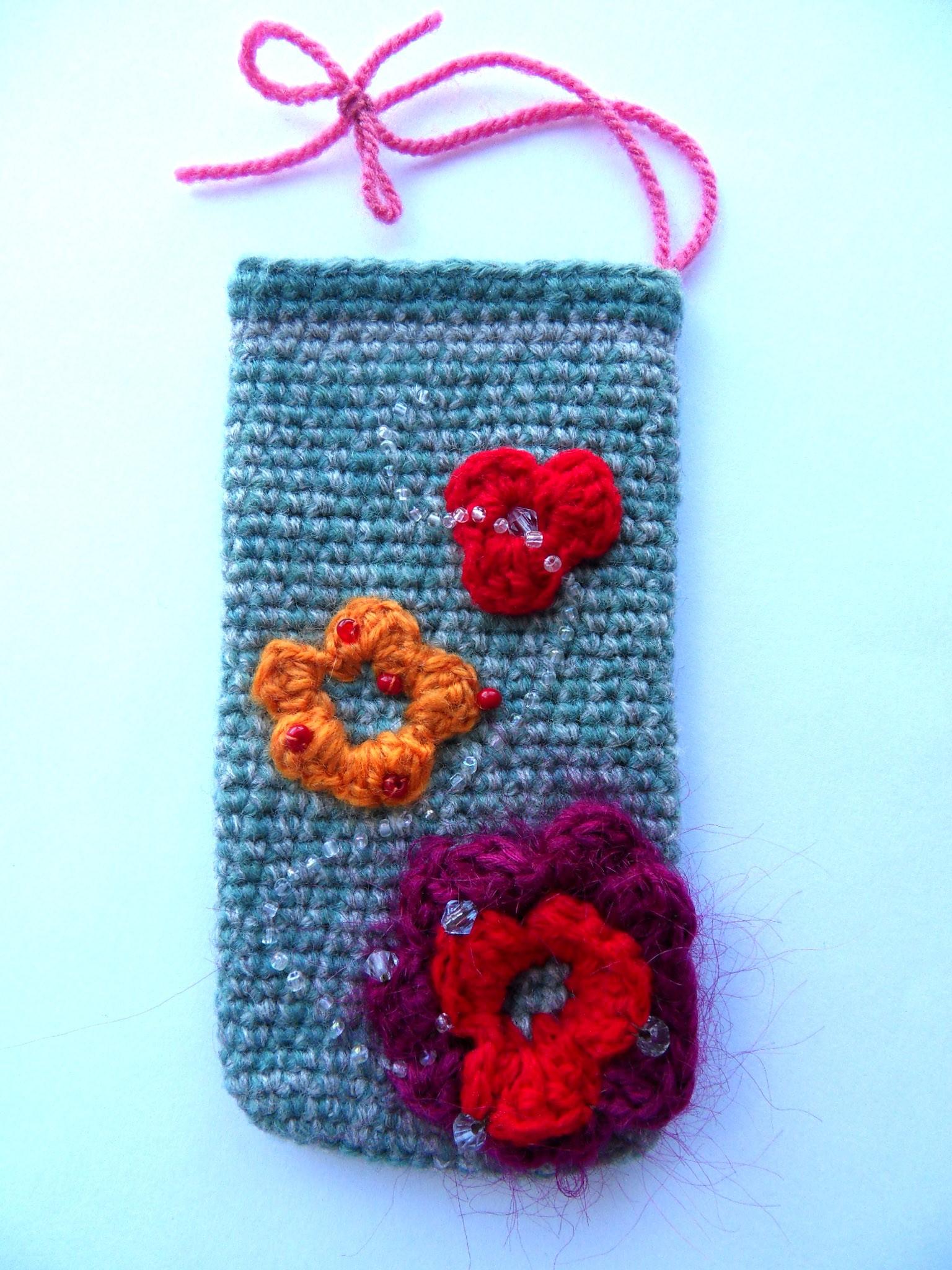 Вязаный чехол на мобильный Объёмные цветы