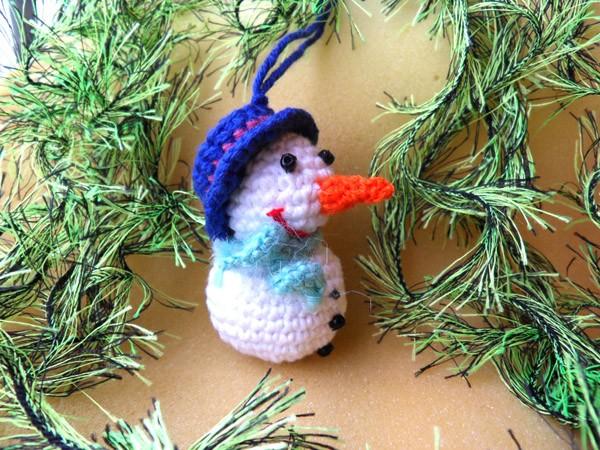 Вязаный крючком снеговичок