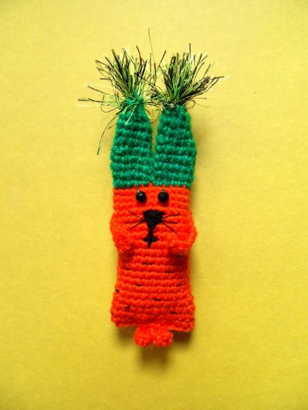 Вязаный заяц морковка