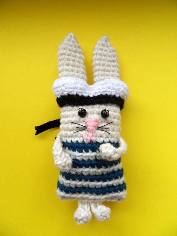 Вязаный заяц моряк