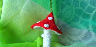 Вязанный крючком гриб мухомор игрушка
