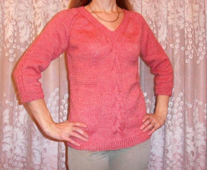 Вязаный спицами свитер