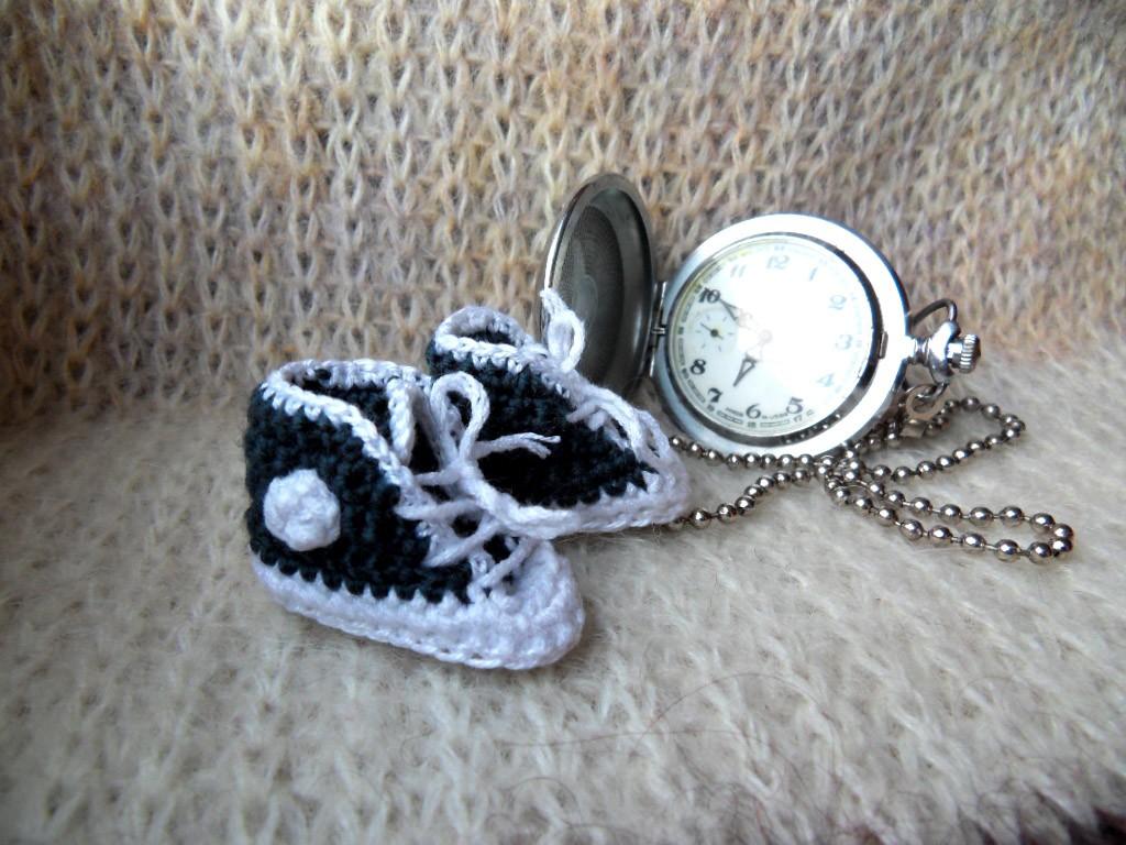 Вязаная ёлочная игрушка, связанная крючком – кроссовки.