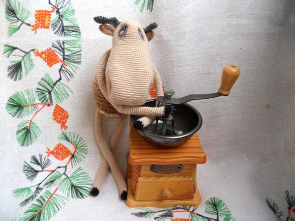 Вязаный крючком лось у кофемолки