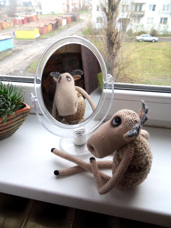 Вязаный крючком лось у зеркала
