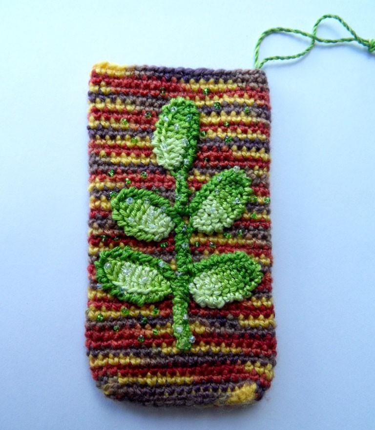 Вязаный крючком чехол на телефон зелёный лист
