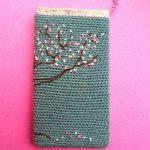 Вязаный чехол на телефон с вышивкой