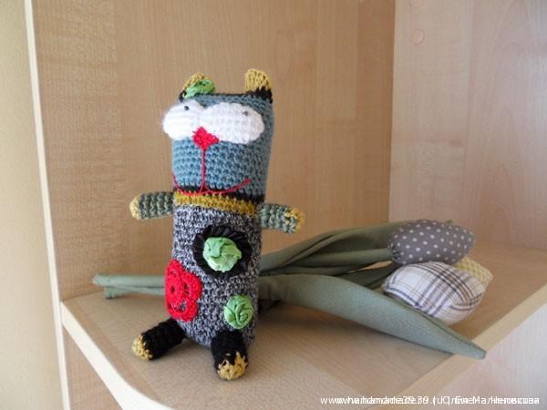 Вязаный кот с цветами