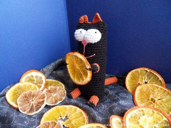 Вязаный кот Чехлов в апельсинах