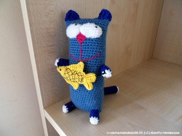 Вязаный кот с вязаной рыбой