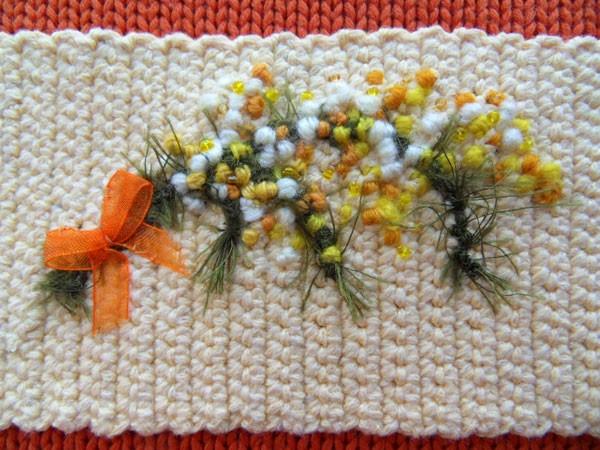 Вязаный чехол для кружки с вышивкой.