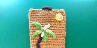 Вязаный чехол для телефона Пальма на песке