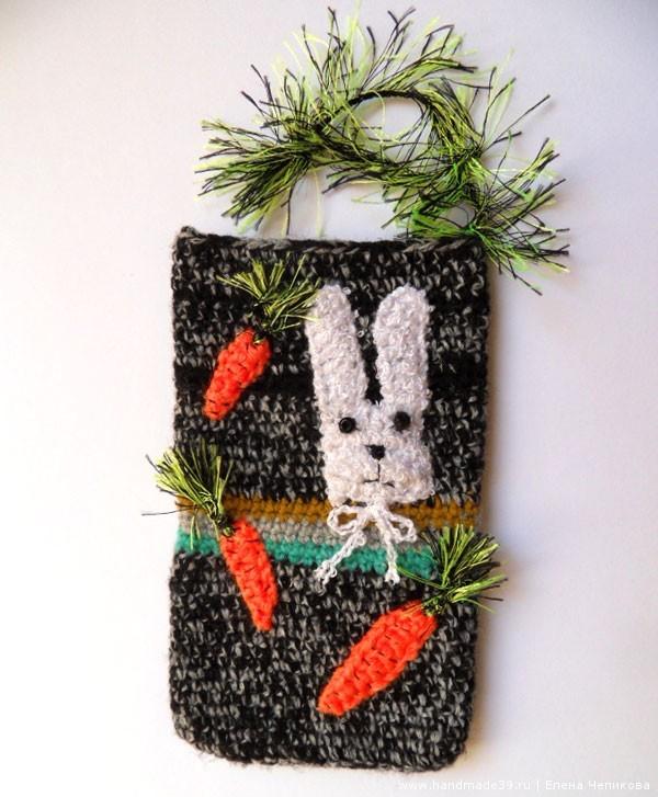 Вязаный чехол для телефона Заяц и Морковки