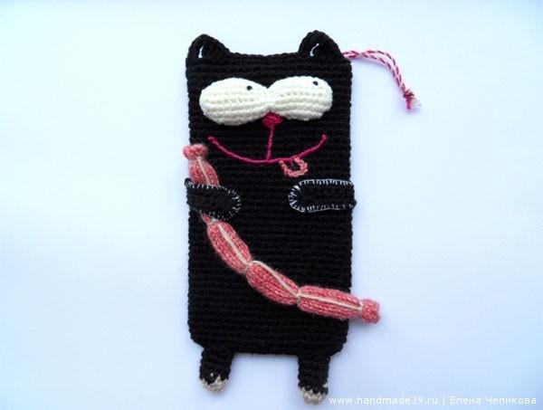 Вязаный чехол для телефона Кот с сосиской