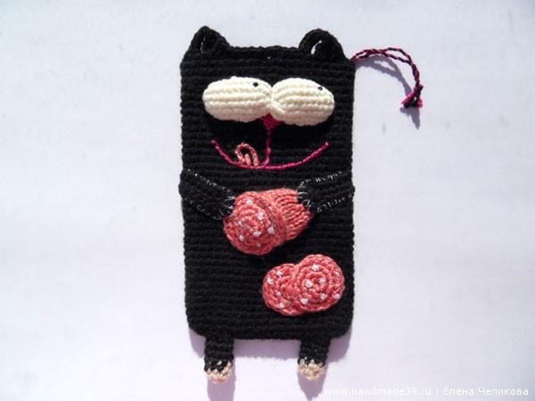 Вязаный чехол для телефона Кот с колбасой