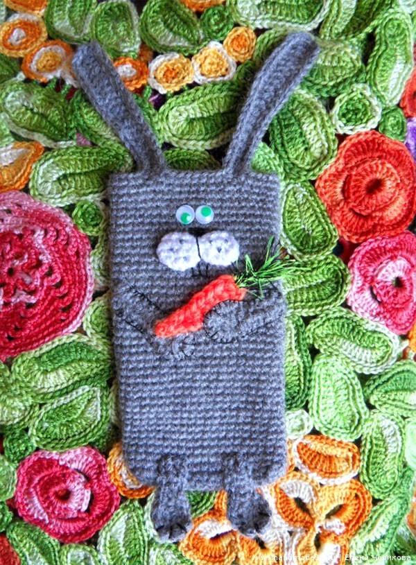 Вязаный чехол для телефона Заяц с овощами