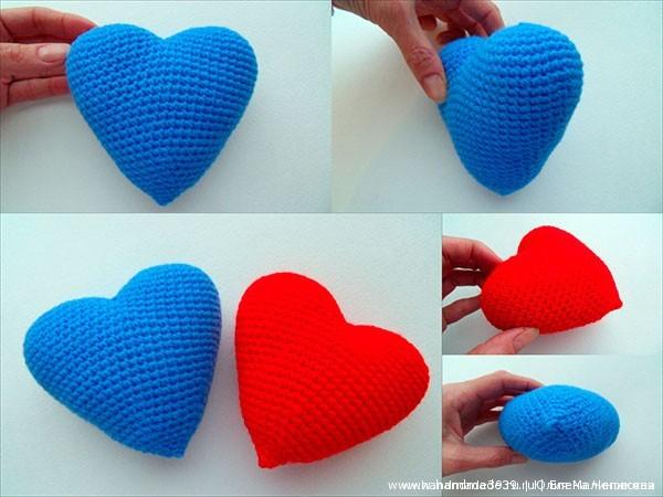 Вяжем два сердца: красное и голубое.