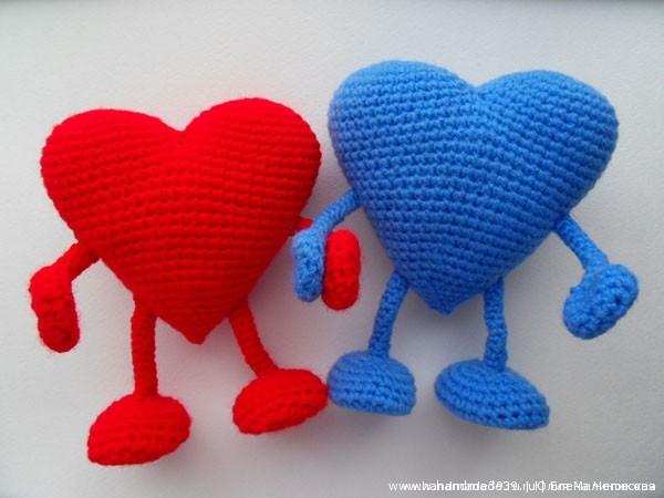 Сердца готовы. Изогните проволоку так, чтобы сердца «держались за руки».