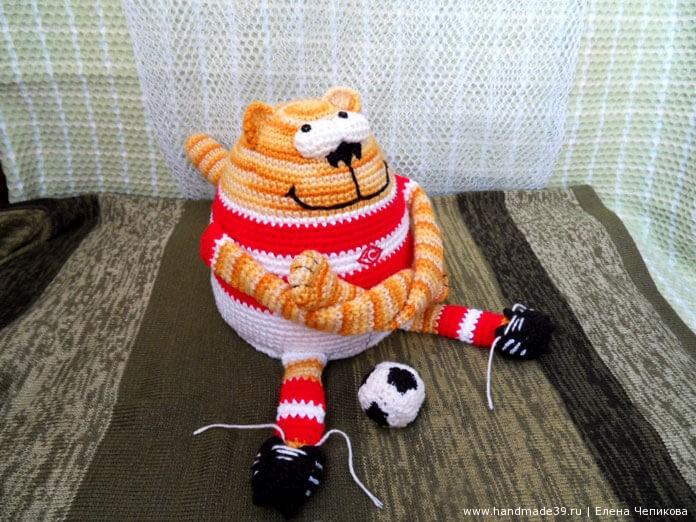 Вязаный кот-футболист