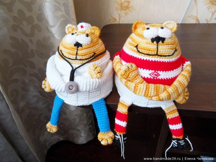 Вязаный кот-доктор и вязаный кот-футболист