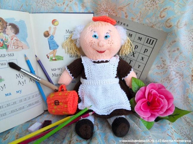 Вязаная кукла школьница