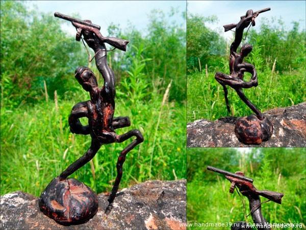 Скульптура из коряги «Автоматчик»