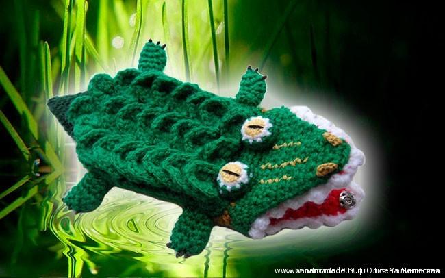 Вязаный чехол на телефон крокодил