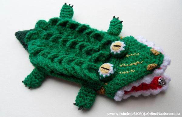 Вязаный чехол на телефон Крокодил.