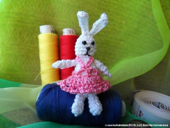 Вязаная игрушка Мини заяц