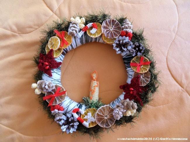 Вязанный крючком рождественский венок