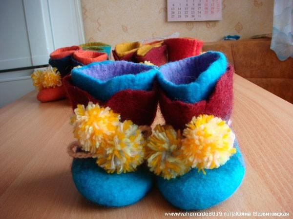 Валяные детские пинетки и тапочки. Цена – 400 рублей.