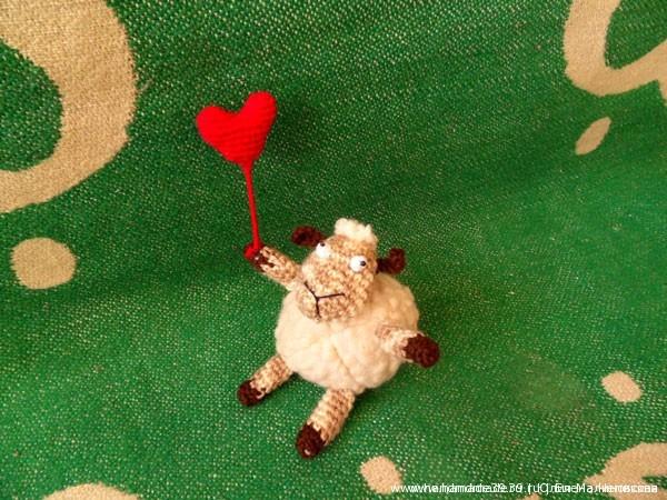 Вязаная мягкая игрушка Овца с сердцем