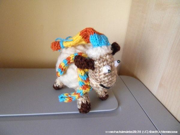 Вязаная мягкая игрушка Овца в шапочке