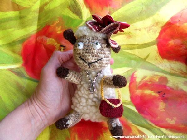Мягкая вязаная игрушка Овца модница