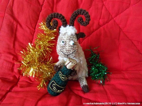 Вязаная мягкая игрушка Овца с вязаным шампанским