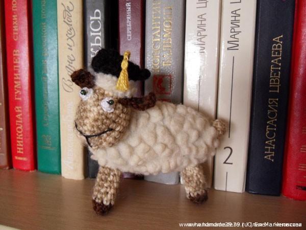 Вязаная игрушка Овца учёный