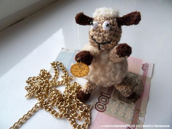 Вязаная мягкая игрушка Овца с монеткой