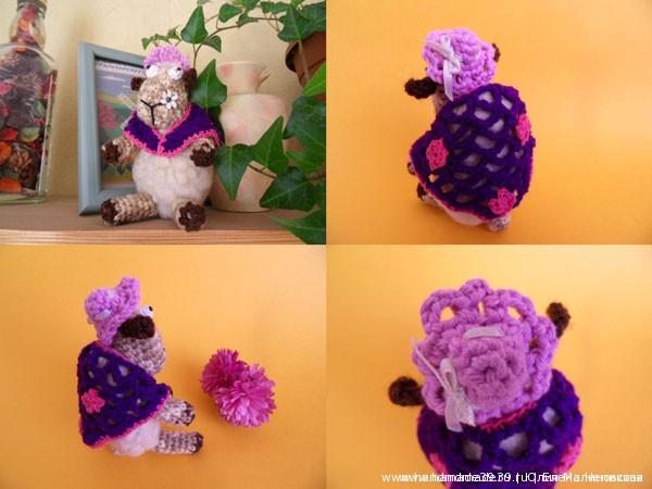 Вязаная овечка с цветком и в шали