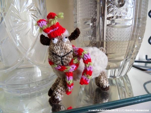 Мягкая вязаная игрушка Овечка в шапке и шарфике