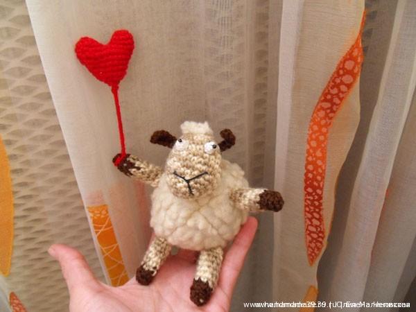 Вязаная мягкая игрушка овца с сердечком