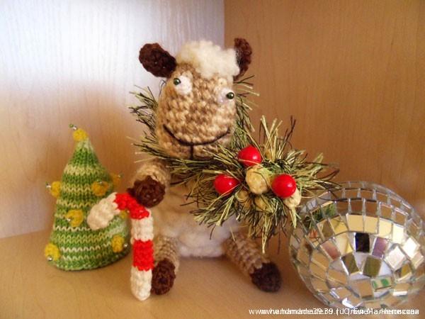 Вязаная игрушка Овца новогодняя