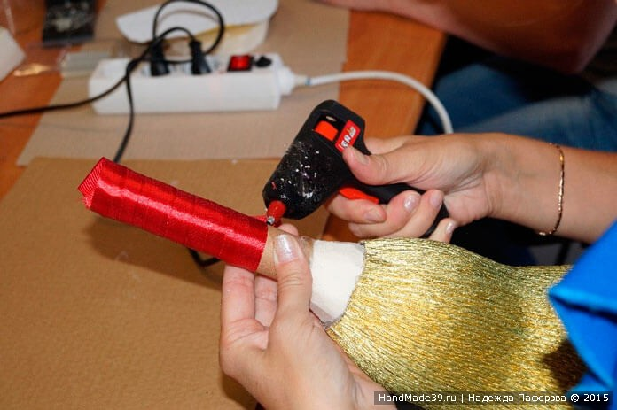 Свит-дизайн: МК «Колокольчик к 1 сентября». Закрепление ленты клеем.
