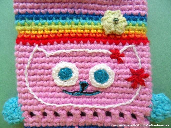 Вязаный коточехол для мобильного телефона - вышивка Китти