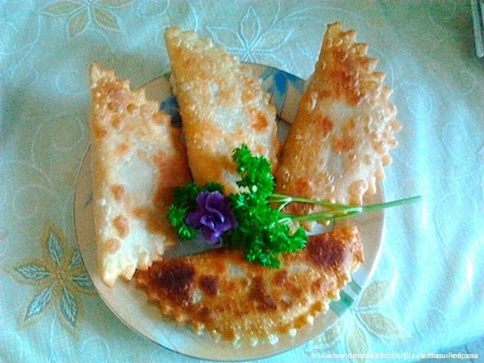 Чебуреки из слоеного с сыром теста рецепт