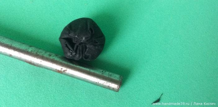 Пимпочку для носа обтягиваем чёрным фоамираном, лишнее отрезаем.