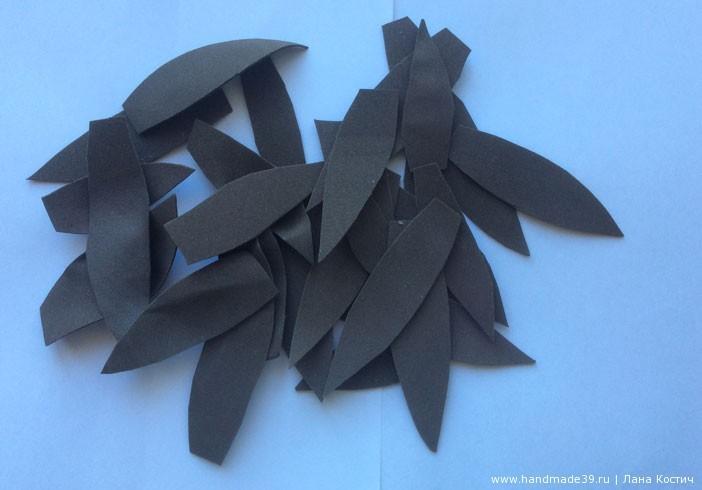 Лепестки нагрела слегка на утюге, чтобы придать им закруглённую форму, а кончики лепестков покрутила между пальцами.